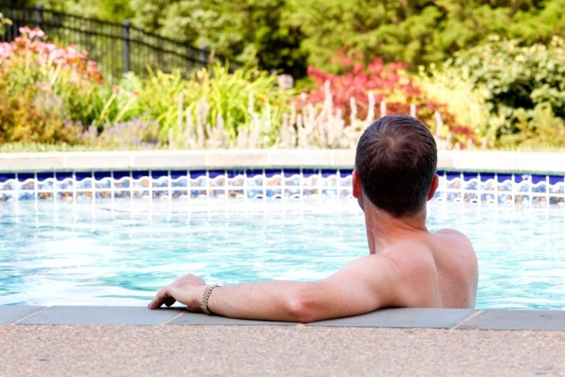 20160331162810-man-pool-swim